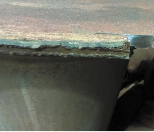 Рис. 3. Поверхность разлома по сварному шву приварки торца лопатки к коренному диску. Сварное соединение – тавровое с непроваром в корне шва. Разрыв произошел по наплавленному металлу