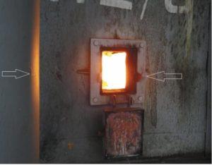Рис. 7. Открытая гляделка и трещина в металлическом корпусе технологической печи