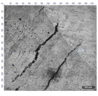 Рис. 5. Вырезка из обечайки отпарной колонны: а – общий вид; б – микротрещины в зоне сварного шва