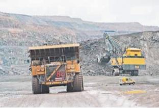 Рис. 2. 100-тонные грузовики с колесами 3,4 м используются для перевозки 200-тонных грузов в дробилку в карьере Аитик. Фото Петера Тубааса