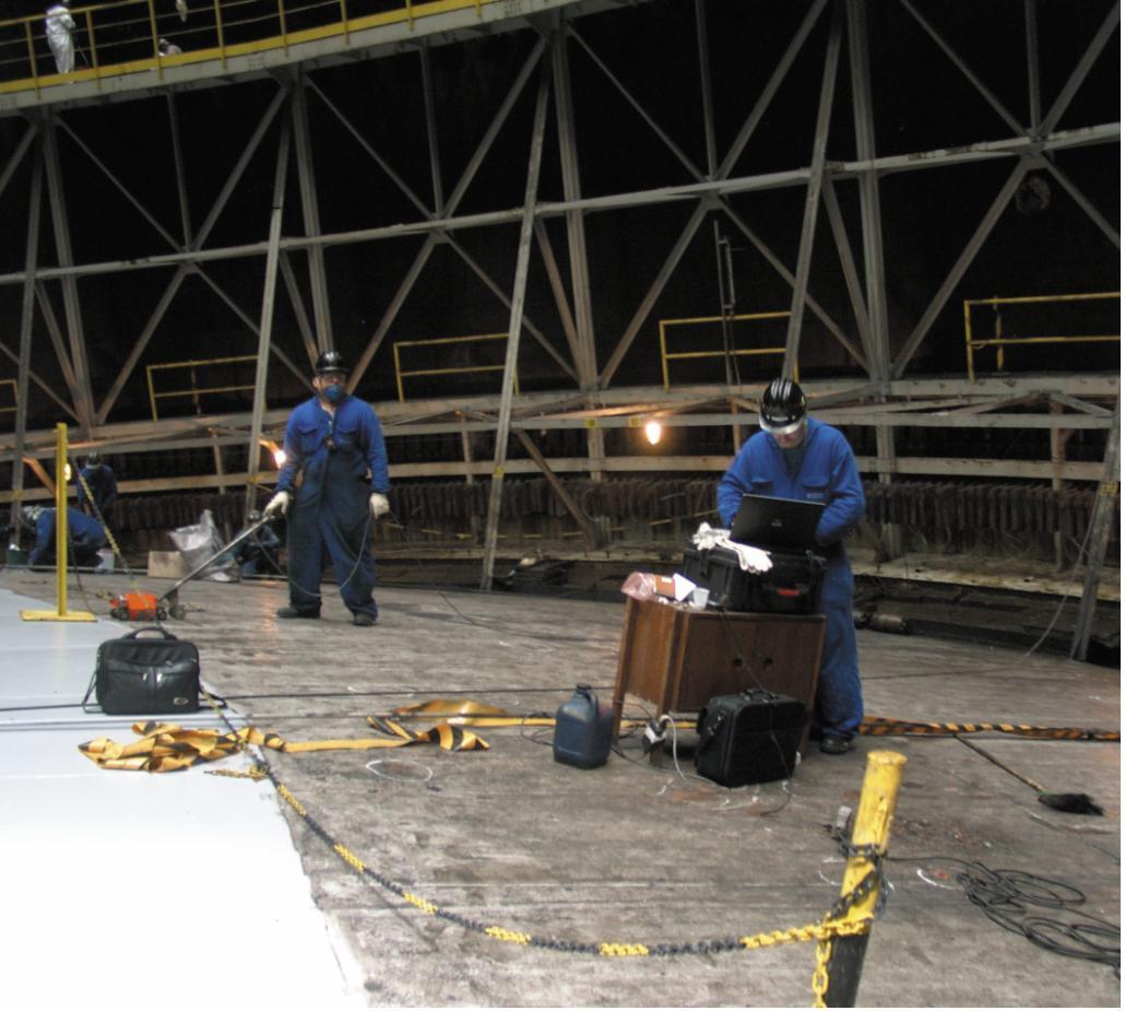 Рис. 3. Контроль технического состояния плавающей крыши резервуара хранения сжиженного газа (г. Виктория, Бразилия)