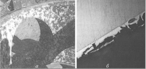Рис. 3. Разрушение поверхностей при изготовлении с применением известных технологий и покрытий: а – коррозия анодированного алюминия; б – разрушение покрытий, нанесенных по известным технологиям напыления порошковых материалов