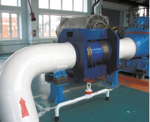 Рис. 2. Сдвиговые сильфонные компенсаторы DN 700, 7,5 МПа в обвязке нефтеперекачивающих насосов