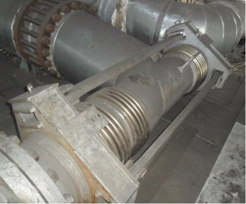 Рис. 4. Разгруженный сильфонный компенсатор с отводом DN 300; 1,6 МПа и сдвиговый сильфонный компенсатор DN 250; 1,6 МПа в обвязке насосов на ТЭЦ
