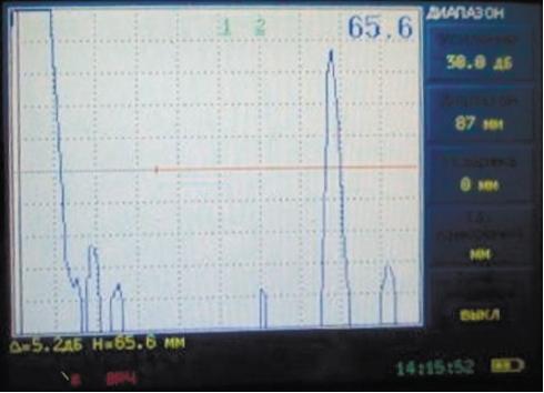 Рис. 5. Ультразвуковой контроль хвостовика крюка мостового крана дефектоскопом УД2-70. На дефектограмме дефектоскопа видно, что на глубине залегания 65,6мм обнаружен дефект в виде несплошности металла