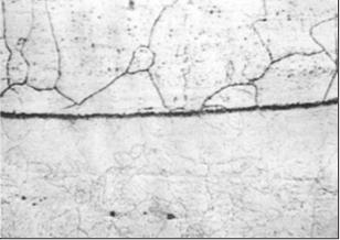 Рис. 2. Граница сплавления на образцах: наплавка – вверху, основной металл – внизу (200)