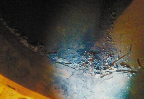 Рис. 7. Загрязненность входных (всасывающих) трубопроводов отходами монтажных работ: б – остатки сварочных материалов