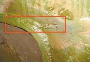 Рис. 3. Трещина в узле крепления букс ходовых колес мостового крана