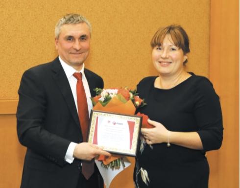 Директор по продажам компании ITE Н. Медведева вручает поздравление от компании президенту РАПН И.Б. Твердохлебу