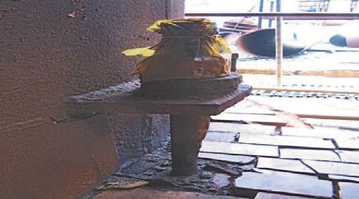 Рис. 6.Утонение фундаментных болтов, разрушение ребер жесткости (отсутствие) в узле крепления