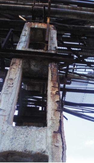 Вертикальные трещины по граням колонны вдоль расположения рабочей арматуры, приводящие к разрушению защитного слоя бетона, оголению и коррозии арматуры