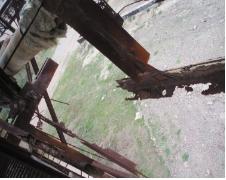 Рис. 10. Сквозная коррозия в нижнем поясе фермы и горизонтальной связи  по нижнему поясу ферм. Отсутствие антикоррозионной  защиты элементов ферм