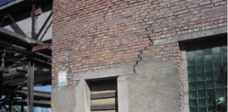 Рис. 2. Наличие наклонных трещин в кирпичной кладке наружной стены вследствие разрушения отмостки и переувлажнения грунта основания фундамента