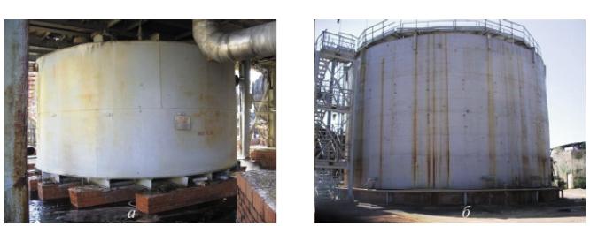 Рис. 1. Резервуар для концентрированной серной кислоты вместимостью 100 м3 агрегата СК-47 (BIPROKWAS, Польша) — установлен на ленточном фундаменте  и прокатных балках (а) и резервуар жидкой серы вместимостью 1700 м3  — установлен на бетонном фундаменте, облицованном кислотостойким кирпичом (б)