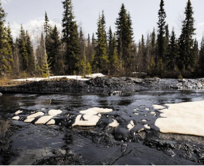 Рис. 1. Нефтяные разливы в Республике Коми. Во время арктической зимы нефть вытекает из подземных аварийных нефтепроводов. С талой водой нефть весной попадает в реки, 2013 г. http://www.greenpeace.org