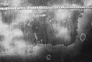 Рис. 1. Дефекты на поверхности металла исследуемого фрагмента трубы: коррозионные язвы (а), расслоение, каверна (б)